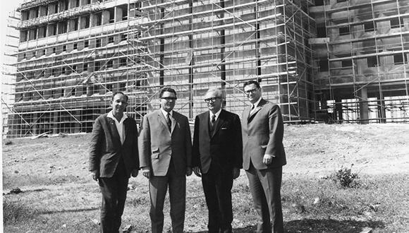 """הקמת הבניין ע""""ש פרץ נפתלי. משמאל לימין: עקיבא לוינסקי, מר הסלבך, וג'ורג' ווייז"""